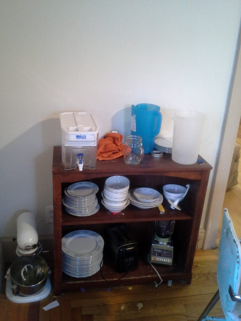 Also in the dining room the little shelf where the everyday dishes and the water tank live...